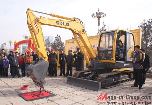 按照传动方式的不同,挖掘机可分为液压挖掘机和机械挖掘机;按照用途来