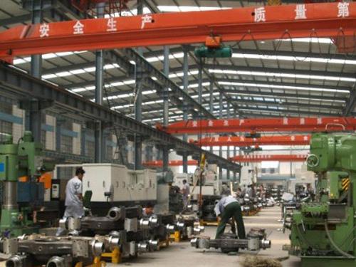 在产业集群内,企业面对的是就近的,众多的原材料供应商,设备