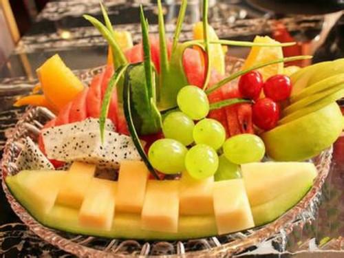 消费区  > 制作水果拼盘须注意      水果拼盘取材方便,制作有趣,造型图片
