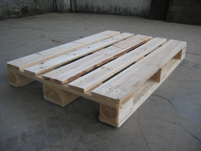 木质卡板是由大山环保原木材料制造而成,此产品坚固耐用、质优价廉,可作广大客户仓库垫货、货物周转使用。原木卡板经过熏蒸、消毒、杀虫之后,附上检疫局熏蒸、消毒、杀虫证明,可作产品出口使用。   1.原木卡板可制成两面进叉卡板和四面进叉卡板。   2.原木卡板坚固耐用、质优价廉,并可按客户规格定做。   3.