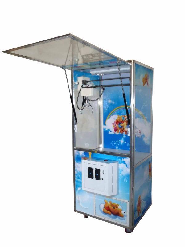 """广州千寻科技有限公司倚靠全国最大游戏机之都-番禺游戏产业园。公司从事游艺机行业近6年。自成立以来,专注于娃娃机,抓烟机,亲子机,模拟机的设计生产。在游艺机行业不断推陈出新。设计研发出了一系列款式新颖、性能卓越,最具性价比的娃娃机,抓烟机,自动贩卖机,亲子机,模拟机等产品。 我们一贯坚守""""质量第一,诚信经营,长期合作,互利共赢""""的经营理念。我们承诺以最好的材料,配件,双倍的工时,精心打造每一台机器。凭着绚丽的视效,稳定的性能,良好的体验,超强的盈利能力,深受广大客户和用户的信赖和喜爱"""
