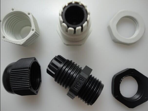 产品材质:UL认可的尼龙PA66 94V-2,丁腈橡胶。 螺纹规格:公制(Metric)、德制(PG)、英制(G)、美制(NPT)、管制(MG) 工作温度:静态-40C至100C,瞬时耐热至120C,动态-20C至80C,瞬时耐热至100C。 产品特性:特殊的夹紧爪与橡胶件设计,夹紧范围大,抗拉力特强,可防水,防尘,防盐,耐酸碱,酒精,油脂及一般溶剂。 颜色种类:黑色、灰白色,特殊颜色(绿色、红色、蓝色、黄色)可定做。 产品认证:CE、IP68(防尘、防水测试合格)、ROHS(环保)、TUV、C