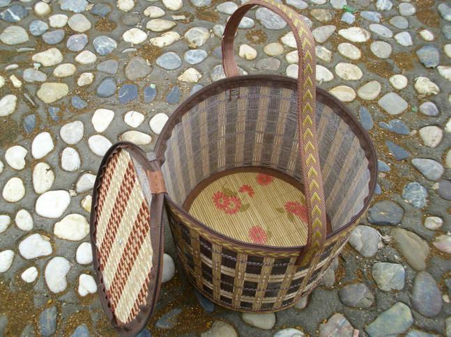 我公司供应竹篮、螃蟹篮、杨梅篮、粽子篮、鸡蛋篮、月饼篮。   本竹篮采用天然优质竹材,经科学先进的加工工艺制作而成,具有色泽温润,手感细腻,造型优美实用之优点。被广泛的用于粽子竹篮、鸡蛋篮,月饼篮,大闸蟹包装竹篮、杨梅竹篮、螃蟹篮等特色包装。使得包装效果具有浓重的乡土气息和纯天然环保的包装效果,全面提高产品的品味和档次。实为佳节礼品包装馈赠的理想选择。该竹篮可循环利用,亦可作为居家收纳日常用品和装饰之用。      名称圆筒形竹篮   规格直径22高度23   工艺编织工艺   适用范围月饼篮,粽子篮