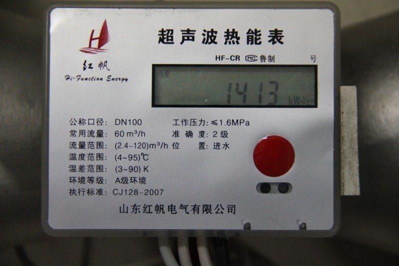 红帆热量表由流量传感器、配对温度传感器和计算器构成。热表进水口宜安装过滤装置。   a)计算器(积分仪)   接收来自流量传感器和配对温度传感器的信号,进行热量计算、存储和显示系统所交换的热量值的部件。   b)流量传感器(流量计)   安装在热交换系统中,用于采集水流量并发出流量信号的部件。   c)配对温度传感器(配对铂电阻)   在同一个热表上,分别用来测量热交换系统的入口和出口温   度的一对计量特性一致或相近的温度传感器。      红帆热量表工作原理:   热量表是用于测量及显示水流经热交