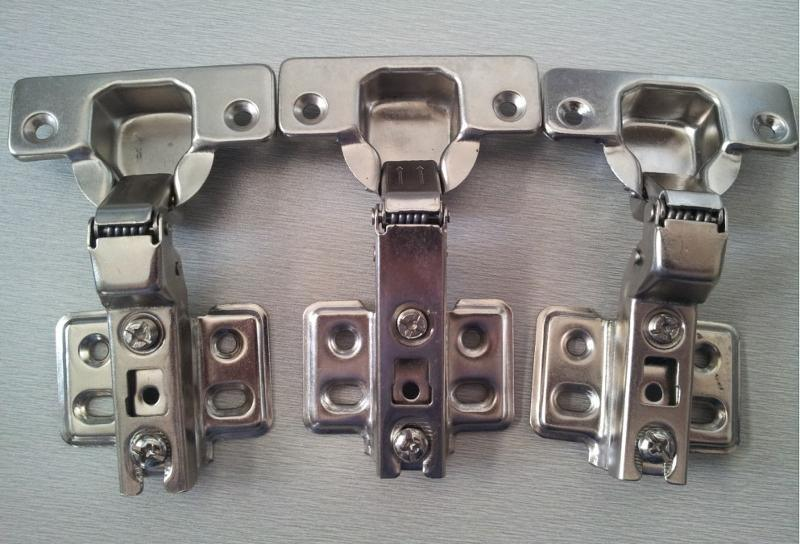名称:普通铰链/中档铰链/弹簧铰链/家具铰链/铰链、合页   款式:9802一段力   重量:60克,62克   材料:铁   表面处理:镀镍   底座:两孔,四孔   开合次数:4万以上   开启角度:90~115度   铰杯深度:11.5cm   铰杯直径:35mm   杯孔距离:52mm   种类:全盖弹簧铰链18mm 半盖弹簧铰链9mm 内藏弹簧铰链   用途:此款一段力弹簧铰链适用于衣柜、书柜、地柜、电视柜、橱柜、酒柜、储物柜等家具的柜门连接。   优点:关门时直爽有力,不停顿,直接关闭。用