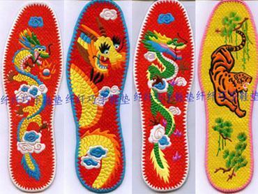 手工绣花鞋垫--龙争虎斗