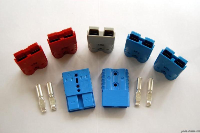 安德森电源连接器,安德森电池连接器,安德森插头应用于物流通信、电动工具、UPS、移动产品、医疗设备、AC/DC电源等领域,主要基于大电流连接及电池充电接头。 颜色:红,灰,黑,蓝,白,绿,黄 电流:10~350A(AC/DC) 电压:600V 线径:各种美规线径 外壳材料:UL 94 V0 特征: 1.外壳由聚碳酸酯材料,耐高温,防腐蚀; 2.