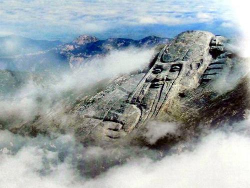 蒙山旅游区龟蒙景区位于临沂市北部的平邑县境内,北依泰山