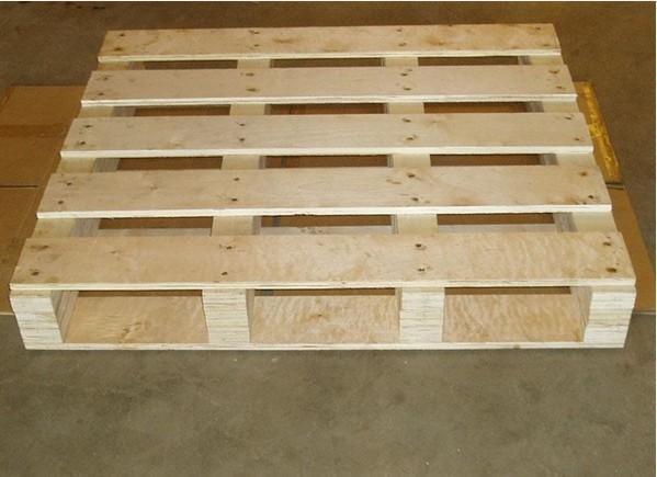 木托盘以原木为材料,进行干燥定型处理,减少水分,消除内应力,然后进行切割、刨光、断头、抽边、砂光等精整加工处理而形成型材板块,采用具有防脱功能的射钉(个别情况采用螺母结构)将型材板块装订成半成品托盘,最后进行精整、防滑处理和封蜡处理。木托盘是现在使用最广的托盘。托盘是用于集装、堆放、搬运和运输的放置作为单元负荷的货物和制品的水平平台装置。一般用木材、金属、纤维板制作,便于装卸、搬运单元物资和小数量的物资。   原木材料:目前国内木托盘的材料主要有松木、铁衫、冷杉以及其他杂类硬木,不同的材料代表托盘的不