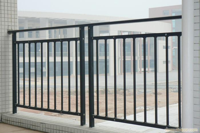 阳台栏杆延边铺设