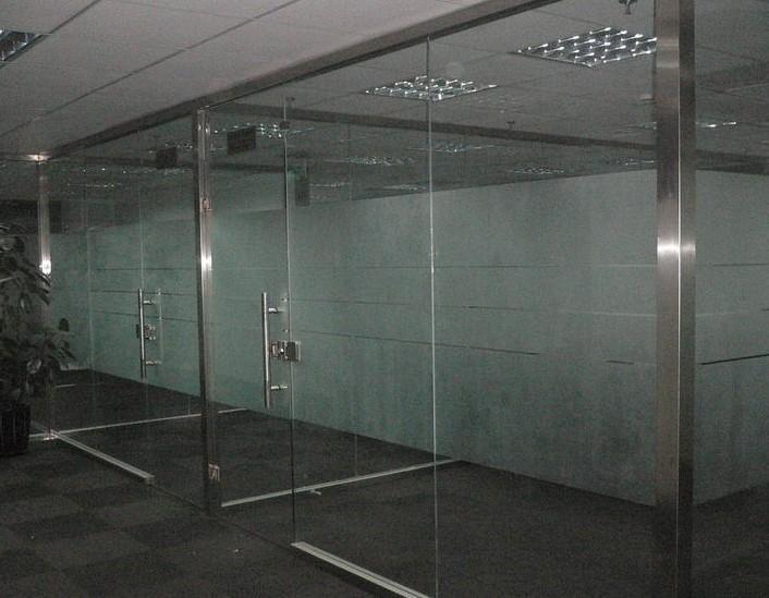玻璃隔断又叫高隔墙,高隔间,高隔断,隔断,成品隔断,铝合金隔断,高屏风,玻璃隔墙,办公隔断,办公玻璃,办公隔墙等。甚至有人也叫屏风。这些叫法都是因为南北差异,地区差异有别的,而高隔间是在中国南方的叫法。   玻璃隔断是一种到顶的,可完全划分空间的隔断。专业型的高隔断间,不仅能实现传统的空间分隔的功能,而且他在采光、隔音、防火、环保、易安装、隔得佳玻璃隔断可重复利用、可批量生产等特点上明显优于传统隔墙。   编辑本段玻璃无框安装技术   玻璃产品的特点主要以通透开阔为主,欧美发达国家在上个世纪初期就研制
