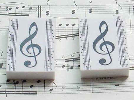 高音谱号的五线谱图片 请问五线谱高音谱号和低音谱号1在