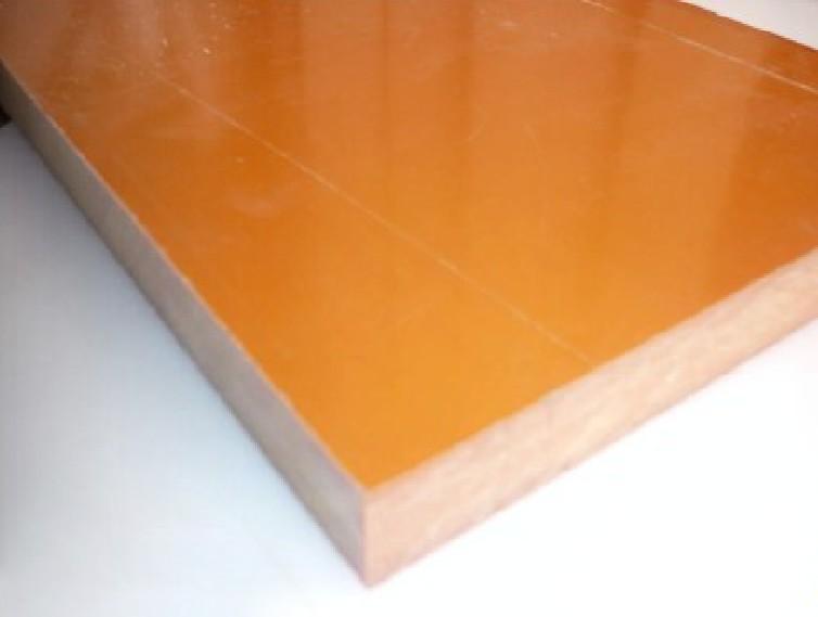 电木板合成:由漂白木桨纸浸以酚醛树脂脂热压而成的酚醛层压纸板。   用途   电木板:电木板因具有绝缘、不产生静电、耐磨及耐高温等特性,成为电子产品之绝缘开关和可变电阻、机械用之模具及生产线上之治具,并可在变压器油中使用等产品使用。   电木,是一种人造合成化学物质,一旦加热成型后,便凝固无法再塑造成其他东西,因具有不吸水、不导电、耐高温、强度高等特性,加上广发应用用于电器产品上,因此得名。   特性   常温下电气性能佳,机械加工性能好,比重1.
