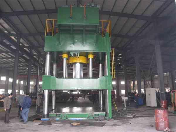 生产的250吨三梁四柱封头专用液压机为四柱式液压机图片