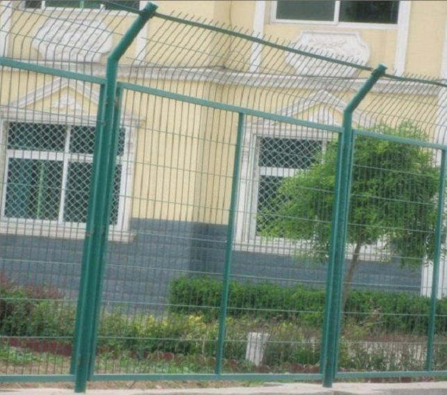 框架护栏网主要用于高速公路,铁路,机场,车站,服务区,保税区,露天仓储场,港口等领域的围栏。具有美化环境,坚固耐用,不易褐色、变形等特点。      编织及特点:用冷拔低碳钢丝焊接而成的隔离网,用连接附件与钢管支柱固定;网格结构简练、便于运输、安装不受地形起伏限制,特别是对于山地、坡地、多弯地带适应性极强。该产品坚固耐用、价格中等偏低,适合大面积采用。      材质:Q 235低碳冷拔钢丝      产品规格:   (1)包塑丝经 4.
