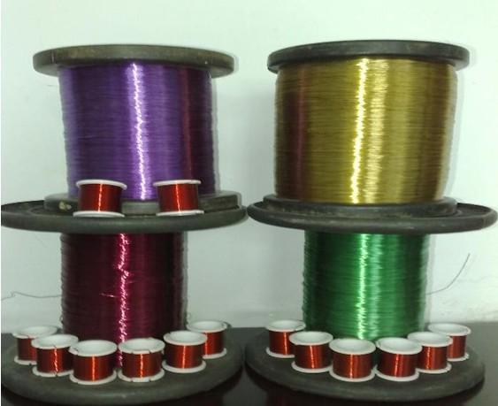 彩色铁线   烤漆丝,顾名思义,就是在金属丝表面涂上一层薄薄的漆料后烘烤使其不易脱落,从而改变金属丝的本来颜色。烤漆丝是一种光亮美观的工艺丝,颜色可以是白色,黑色,绿色,红色,蓝色,紫色,黄色等多种颜色。现在的烤漆丝工艺已经进步很多,人们不但可以使漆料永久不脱落,而且还可以使涂漆表面更光亮,更光滑。另外,烤漆丝的原材料也已经由最初的铜丝扩展到铁丝,铝丝,钢丝,不锈钢丝等      烤漆丝颜色:可以根据需要配色,各种颜色均可调制。主要颜色为绿色,黑色,蓝色,红色,白色,粉色   烤漆丝质量标准:表面光