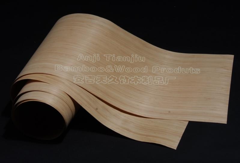 竹皮(竹刨切片)是将层压竹方,经软化工艺后,刨切而成。它的出现,为家居装饰领域提供一个新的高品味选择。竹皮表面纹清晰明亮,色泽均匀,修补面极少,品质出众。常规竹皮规格有:2500*430*0.5mm 2500*430*0.3mm 2500*430*0.6mm 现大幅面无缝拼接竹皮在技术上面也比较成熟,最大宽度可做到1.