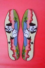 鞋垫的花纹图案是用立绒组成的,平坦,鲜艳并且具有立体效果,它的左右
