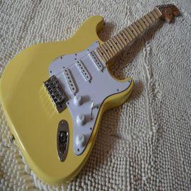奶黃色琴體,楓木琴頭,單單單護板,琴頭夾心,凹槽指板6弦單搖電吉他