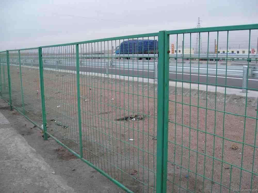 本公司供应边框护栏网,品牌禄基,型号1.8*3米。参数为:材质:低碳钢丝,颜色:绿色,规格:7.5*15cm孔,4.0mm丝径,表面处理:浸塑,尺寸:1.8*3米,适用范围:公路铁路护栏网,车间隔离等。质量保证,厂家直销,价格优惠,欢迎咨询洽谈 双边丝型