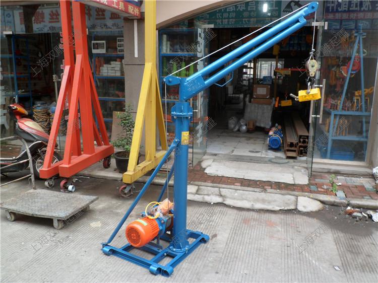 我司生产研制的轻型便移式新款摇头式升降机适用于我国广大农村建设及城市住宅小区低层建设,广泛用于建设工地水泥、砖头、砂、石、泥土等的吊装工作,经过多年的反复试验和实地作业,获得良好的经济效果。实践证明,该机具有结构紧凑、体积小、重量轻、噪音小、效力高、移场就位轻便、使用效果安全可靠等特点,获得用户的好评。