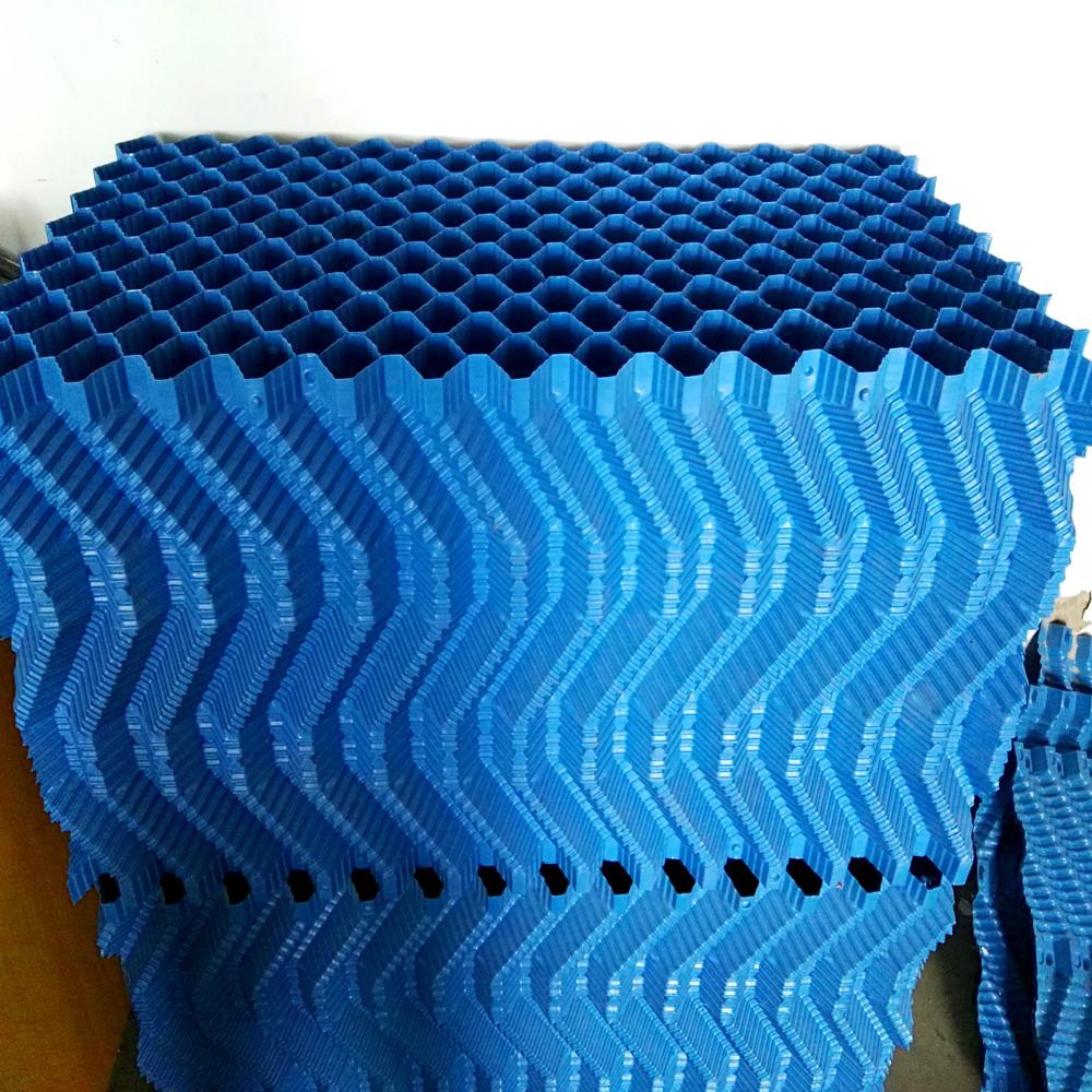 填料是冷却塔最重要的组成部分换句话说填料就是冷却塔的心脏,填料的质量和数量都影响着冷却塔的冷却效率。 填料分类: S波形填料、网格填料、点波填料、斜交错填料、斯频德填料、良机填料、横折波填料、双向波填料等。 材质:PP、PVC 小知识: 在您采购冷却塔的时候,一定要着重问冷却塔中的填料。