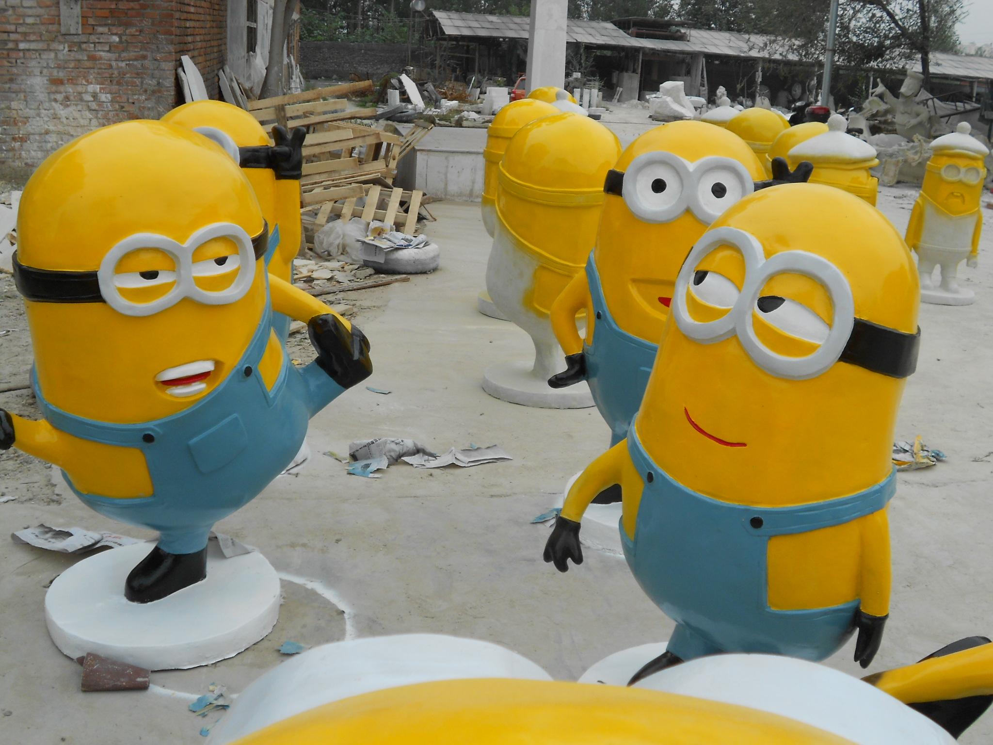 厂家直销 小黄人玻璃钢雕塑 商场美陈 户外景观摆件 创意时尚图片