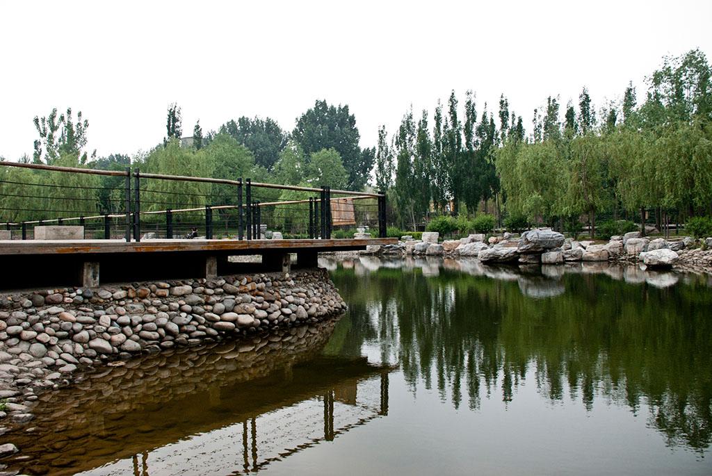现在越来越多的公园里建设了小河,使得公园更添加一道风景,而然也存在的危险,有的孩子安全意识薄弱,常常到河边玩耍,一不小心就会发生危险,所以公园安防部门采用在河岸周围设立铁丝网围栏。 铁丝网围栏是用冷拔低碳钢丝焊接成网筒状卷边与网面一体,采用镀锌进行防腐处理,具有很强的耐腐蚀性,然后进行喷、浸塑,各种颜色的喷、浸塑;最后连接附件与钢管支柱固定。经过几年的风霜雨雪,太阳的暴晒,还是光亮如新,抗紫外线能力极强。绿色的草坪在白色金属网的衬托下,显得清新整洁。 公园护栏网规格: 1.