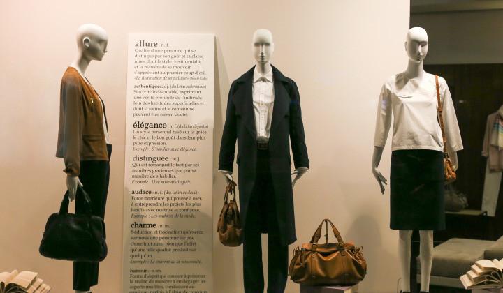 通过创意设计,工厂加工,融合多种时尚元素,采用多元化的箱包橱窗陈列图片