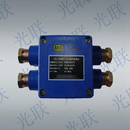 接线盒的隔爆外壳为钢板结构,盖采用螺栓压接形式,两侧为电源