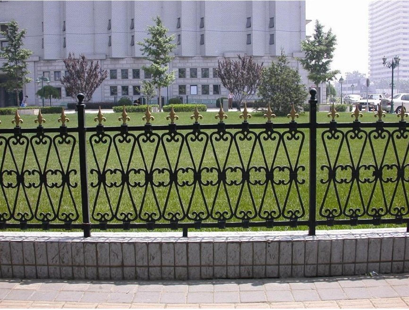 欧式护栏网_住宅护栏网   护栏网安装使用十分方便,只需将网片与立柱图片