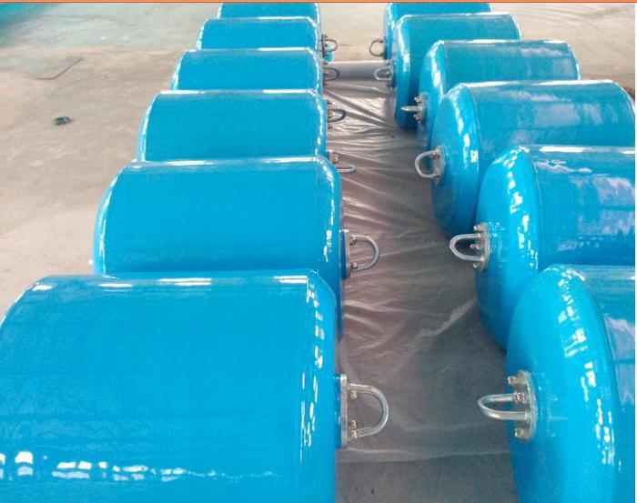 聚氨酯EVA漂浮护舷产品特点:聚氨酯EVA漂浮护舷也是一种压缩型护舷,它是用聚脲材料作外保护层、内部采用聚氨酯EVA发泡材料或塑料发泡体作缓冲介质;在使用过程中通过它的压缩变形来吸收船舶的冲击能量,从而减轻对码头和船舶的破坏作用。聚氨酯漂浮护舷最大的特点是具有漂浮性能,不受潮差影响;色泽鲜艳,可根据用户要求提供各种颜色的制品;与充气护舷相比,使用过程不需要充气,具有安全性和免维修性;采用法兰联结,安装、移动、使用方便;聚氨酯漂浮护舷反力由小到大而且吸能量极高。适合外海敞开式码头、重力式(墩式)码头、特别潮