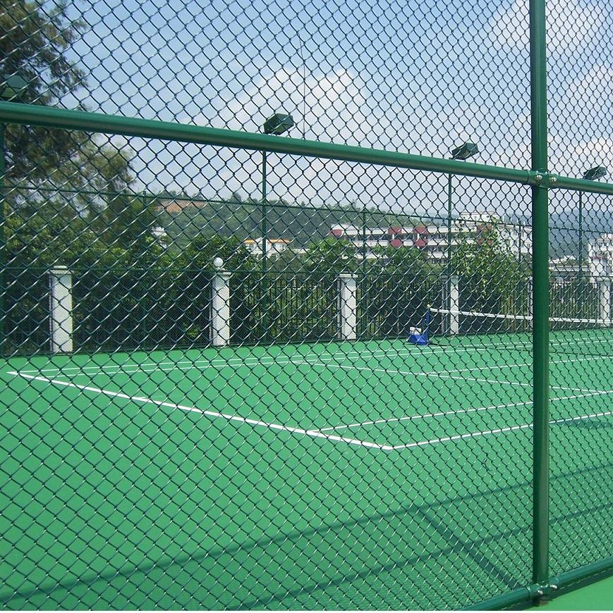 操场围栏网编织方法:编制操场围栏网表面防腐处理:pvc包塑,喷塑,浸塑.