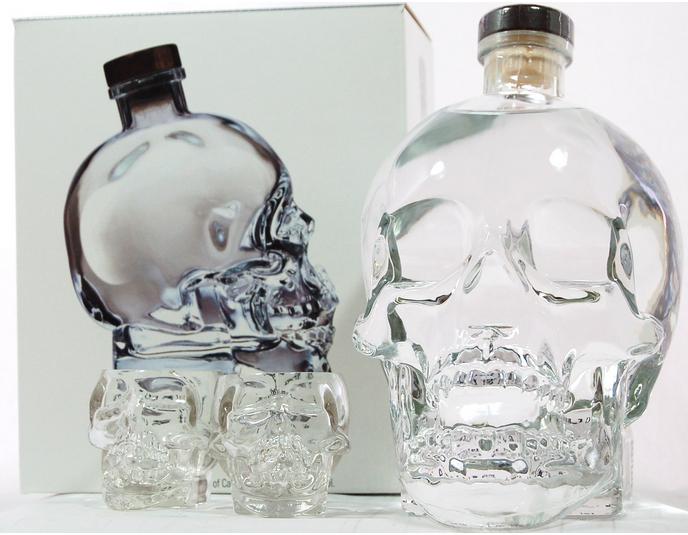 酒瓶異形同構創意海報