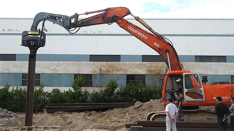 挖掘机打桩机,液压振动锤 挖掘机振动打桩机 打拔桩机图片