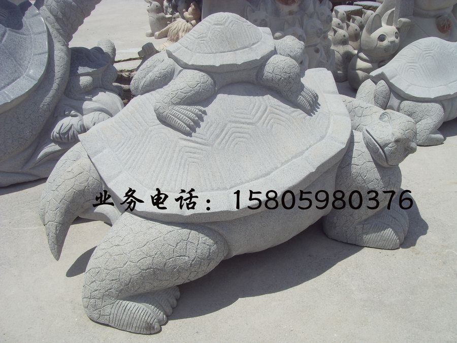 品名:三叠龟石雕,乌龟动物石雕小品,寺庙园林石龟石雕塑,石雕龙头龟,园林喷水石雕乌龟规格:可订做多种规格(公司可提供图纸设计)石雕乌龟有什么风水作用和象征意义我们都知道龟是长寿动物,而且在自然环境中有超过百年寿命的。不管是在我国古代还是现代,龟都是作为健康长寿的象征,而且龟也被人们称为是神龟。在古代人们有什么危险活动都会用龟甲测吉凶。不管是古代还是现代,龟一直受到大家的尊敬,在古代帝王的皇宫、宅院和陵墓里,都有石雕的龟,用来象征国运的久远。石雕乌龟属于吉祥的四灵之一,也是动物中寿命最长的。现在发现他们摆