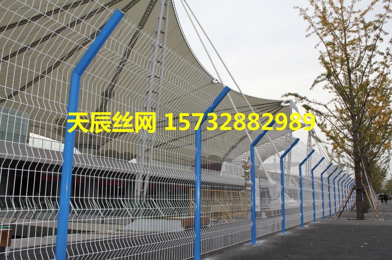 高速公路双边丝护栏网围墙鱼塘防护果园圈地钢丝网光伏隔离铁围栏