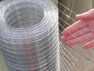 钢丝网是用细钢丝或者镀锌铁丝编织成网,有不同网眼密度,尺寸