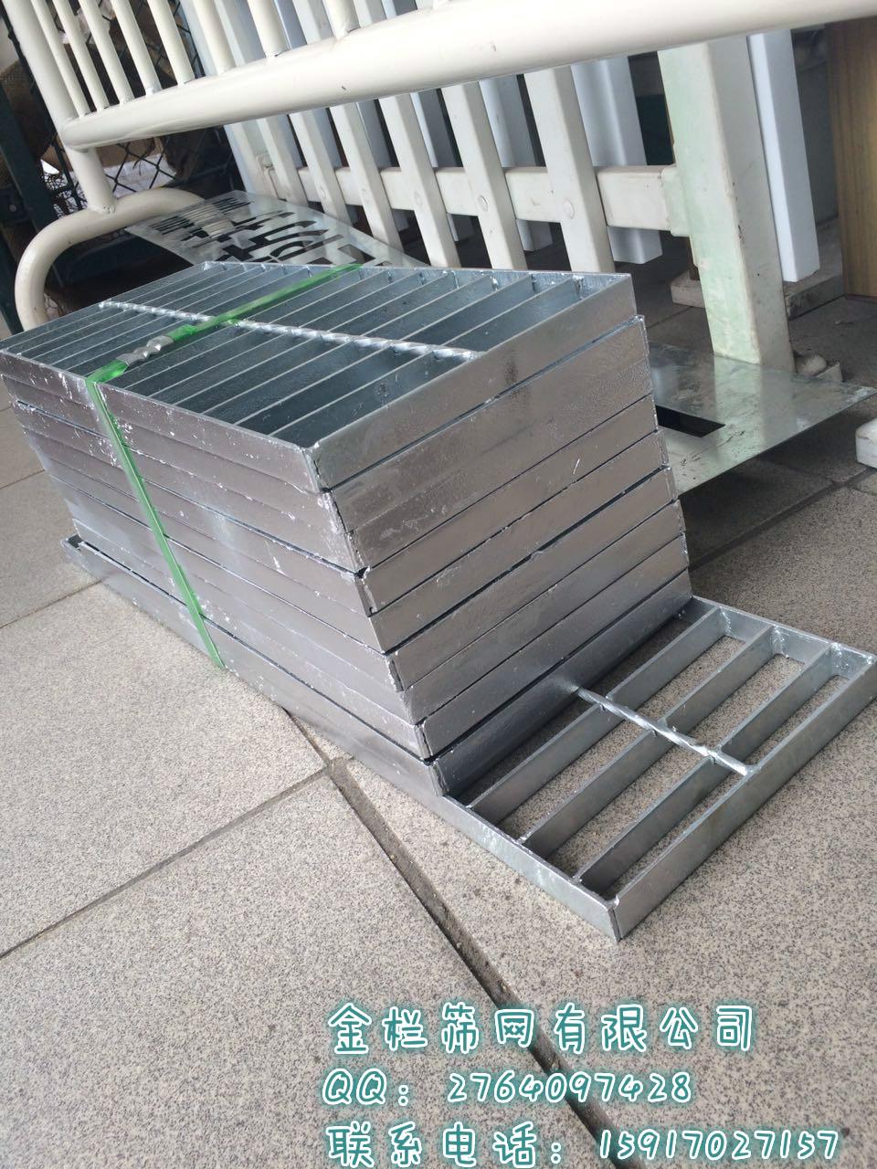 1、采用热浸镀锌表面处理: 具有很强的防锈力强 2、国内先进的防盖设计:由钢格板制作的水沟盖与框用铰链联接,防盗,安全,开启方便 3、产品外形美观:简捷线条,银色外表,现代意念 4、网孔大具有最佳排水:漏水面积达83.3%,是铸铁的两倍多。 5、用料省节省投资:大跨、重载时,比铸铁价格低;并可节省铸铁盖因被盗或压碎而更换的费用。 6、采用高强度碳钢,使钢格板具有很高的强度:强度和韧性远高于铸铁,可用于码头,机场等大跨度和重载荷的环境。 7、产品品种多:满足不同环境,载荷,跨度和形状所需,可按客户提供尺寸和