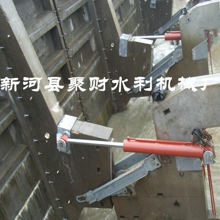 闸门与液压启闭机联轴 翻板闸门安装完毕后,将液压启闭机连接轴伸出与图片