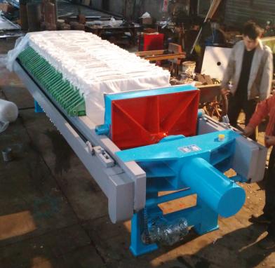 液压自动保压厢式压滤机由机架,滤板,油缸,油泵,控制系统等构成