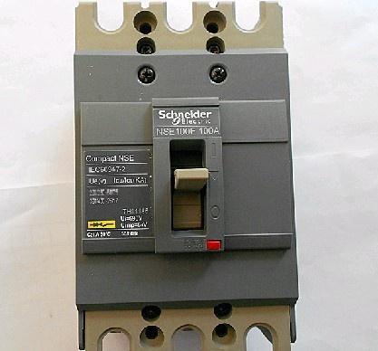用途  断路器主要安装在低压配电柜中作主开关,用于控制和保护配电