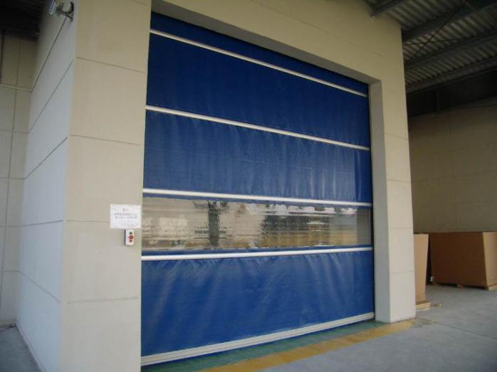 门布材质:一般以PVC或PVDF膜材作为帘布,特别是PVDF膜材抗老化性能更好,不易退色而且有自洁功能,做快速卷门非常适合。厚度0.8mm-2.0mm。2.0mm厚的门片,会将整个产品结构改变。颜色有橙色、黄色、蓝色、银色、透明网格,黑色等,以橙色为首选,原因是橙色非常醒目,刺激昆虫的感观,具有一定的防虫功能。