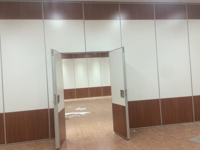 活动隔断是一种根据需要随时把大空间分割成小空间或把小空间连成大空间、具有一般墙体功能的活动墙。具有高隔音,防火,可移动,操作简单等特点.广泛适用于宾馆,展厅,会议厅,银行,精密生产车间,学校,**,俱乐部,政府机构办事处写字间等场所;活动隔断具有以下特点:1.无地轨悬挂:地板无轨道,只需将轨道安装于天花板上;2.