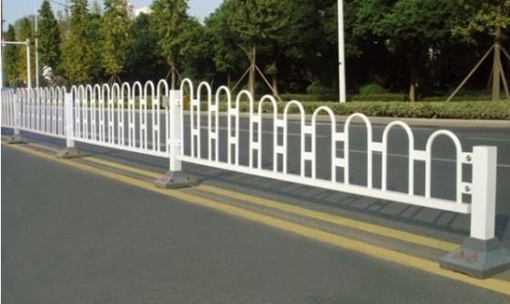 市政工程护栏 交通隔离护栏 京式护栏 白色钢管护栏图片