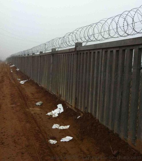 铁路防护栅栏 刺丝滚笼价格 水泥护栏上安装的