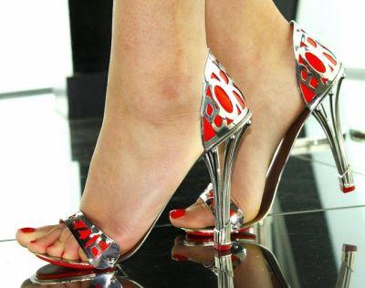英国设计师设计出一款不锈钢高跟鞋