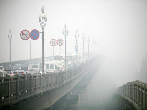 """大雾袭城 十面""""霾""""伏"""