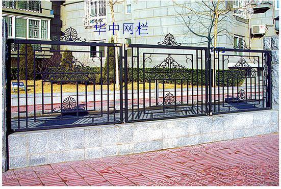材质:低碳钢铁艺花,优质低碳钢方管  结构:将铁艺花搭配在方管框中