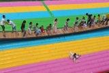 重慶大型網紅橋底下鋪的充氣氣墊